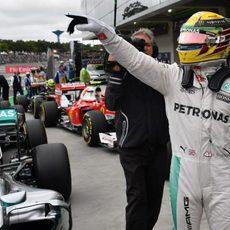 Lewis Hamilton llega al parque cerrado tras lograr la pole