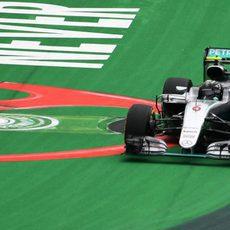 Nico Rosberg se sale de pista en una de sus vueltas