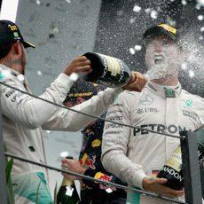 Lewis Hamilton y Nico Rosberg celebran el doblete