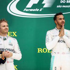 Lewis Hamilton y Nico Rosberg acaban primero y segundo en Brasil