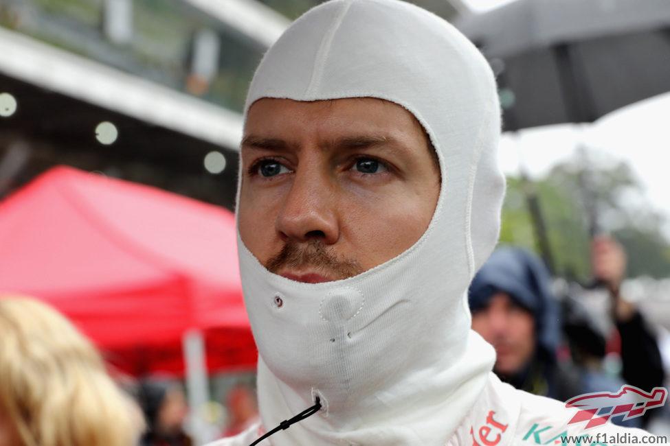 Sebastian Vettel espera a que se relance la carrera