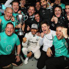 Lewis Hamilton celebra la victoria con Mercedes