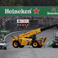 La grúa se lleva el coche de Kimi Räikkönen