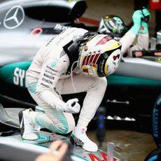 Alegría obvia de Lewis Hamilton al ganar en Brasil