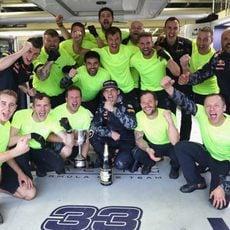 Red Bull y Max Verstappen celebran el tercer puesto