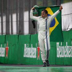 Felipe Massa porta la bandera brasileña con él
