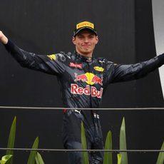 Max Verstappen sale al podio de Brasil