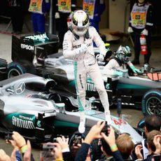 Lewis Hamilton celebra la victoria subido en su coche