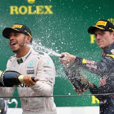 Lewis Hamilton y Max Verstappen se bañan en champán