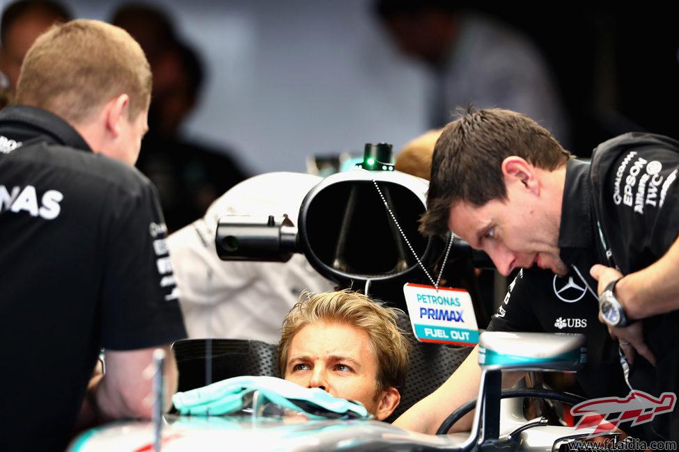 Toto Wolff y Nico Rosberg analizan el Mercedes