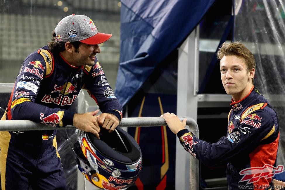 Carlos Sainz y Daniil Kvyat se relajan en el pitlane