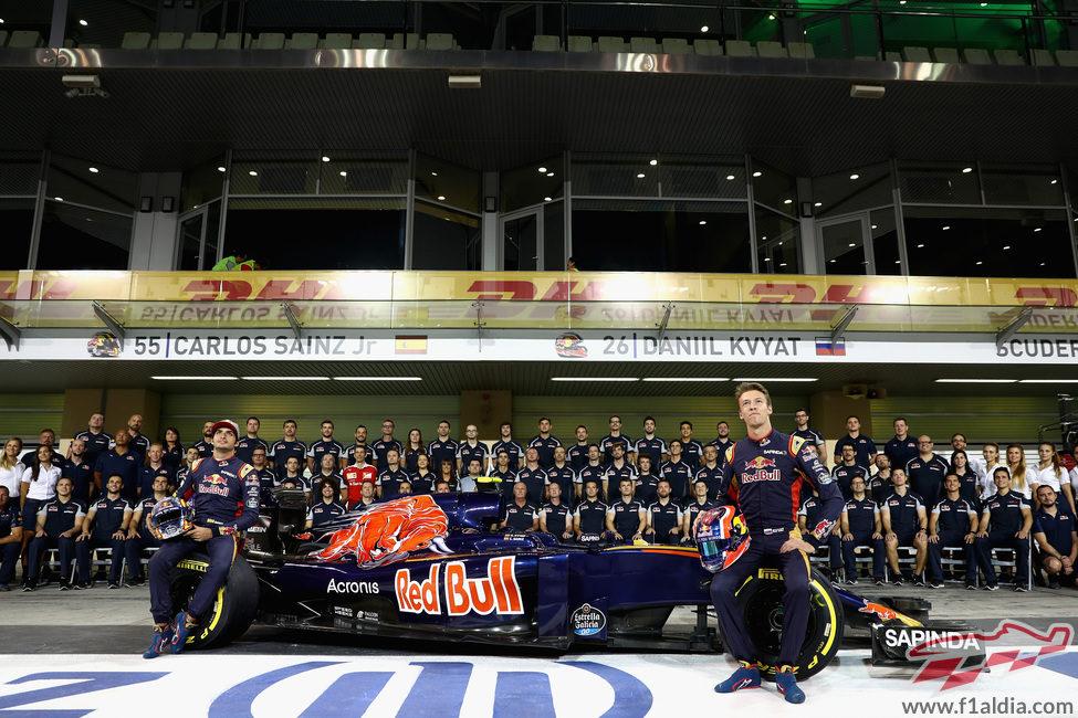 Foto de familia del equipo Toro Rosso