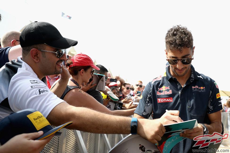 Daniel Ricciardo firma autógrafos en Abu Dabi