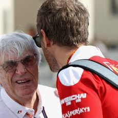 Sebastian Vettel charla con Bernie Ecclestone