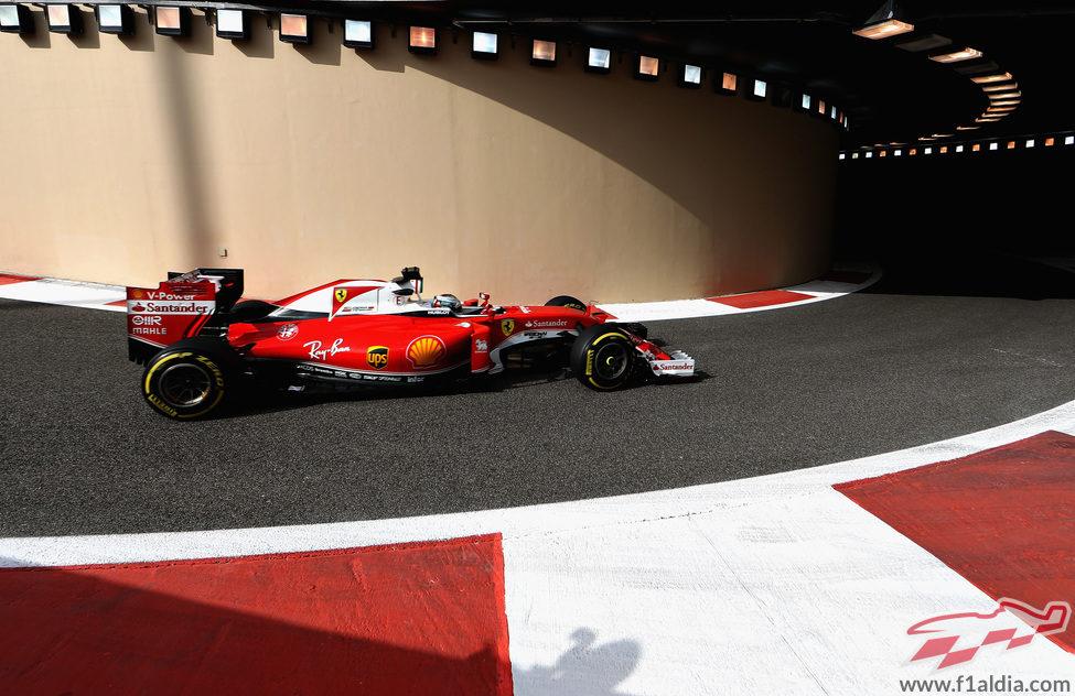 Kimi Räikkönen pasa por el túnel del pitlane