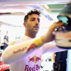 Daniel Ricciardo coge el casco en el box
