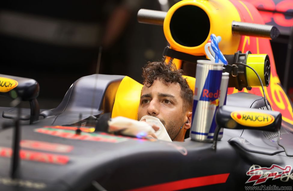 Daniel Ricciardo espera relajado en su coche