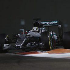 Lewis Hamilton reina en los tiempos del viernes