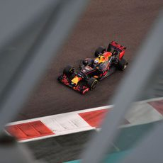 Daniel Ricciardo marca la referencia tras Mercedes