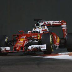 Sebastian Vettel afronta una curva en Yas Marina
