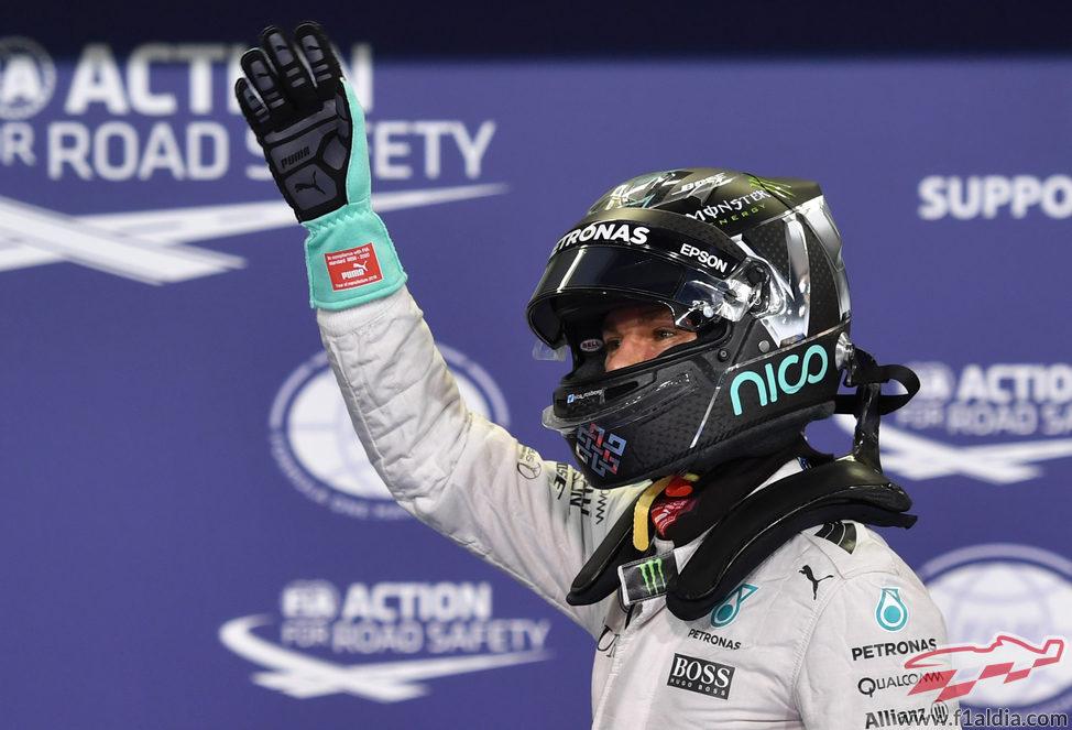 Nico Rosberg saluda a los fans al acabar la clasificación