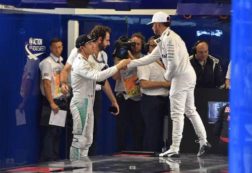 Nico Rosberg y Lewis Hamilton se dan la mano