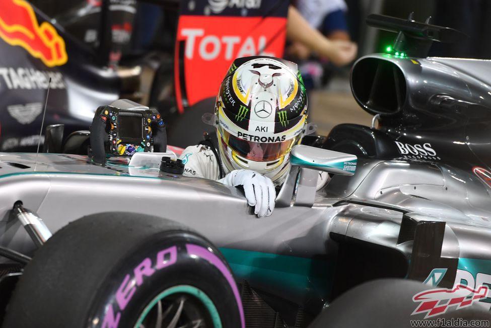 Lewis Hamilton llega a parque cerrado en Yas Marina