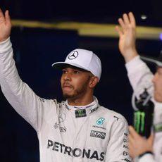 Nico Rosberg y Lewis Hamilton saludan juntos a los fans