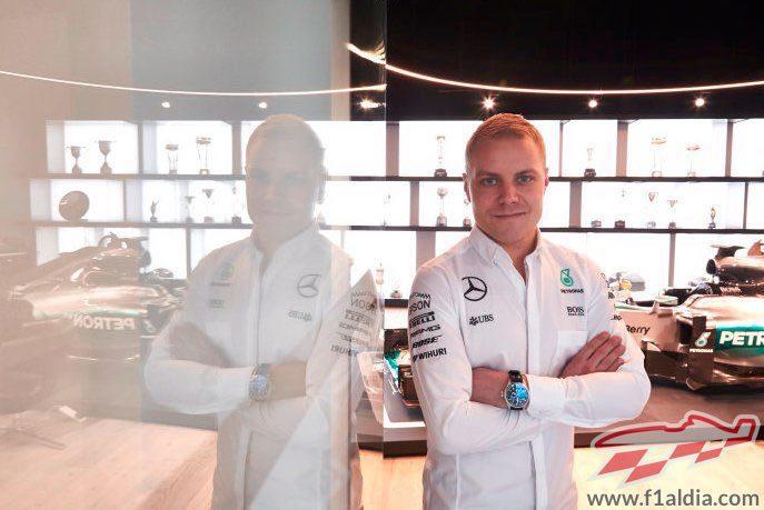 Valtteri Bottas con el W06 a sus espaldas
