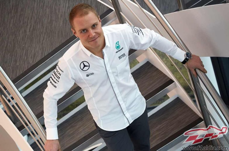 Valtteri Bottas viste la camisa del equipo Mercedes