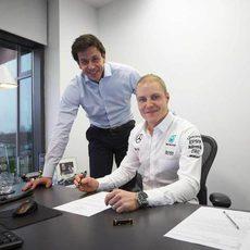 Valtteri Bottas junto a su nuevo jefe, Toto Wolff