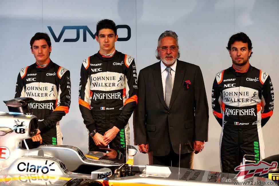 Sergio Pérez, Esteban Ocon, Alfonso Celís y Vijay Mallya