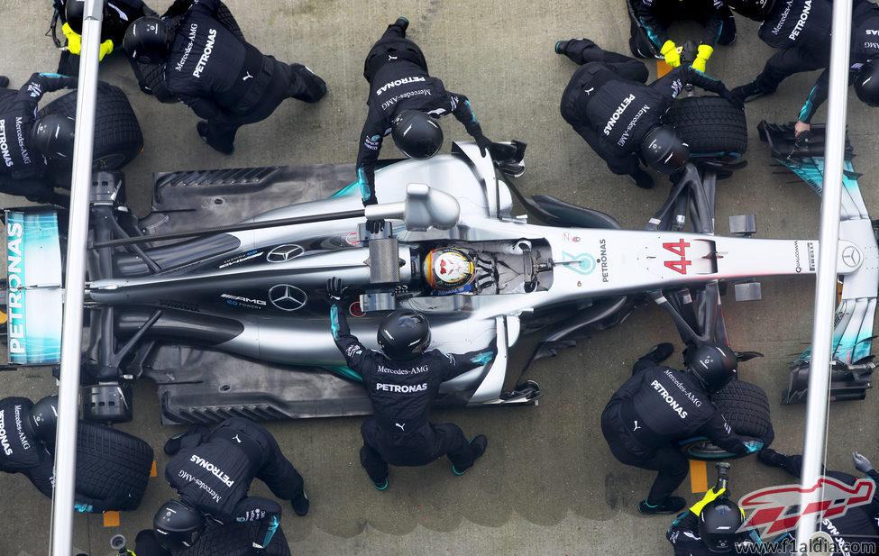 El Mercedes W08 junto a sus mecánicos