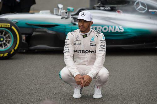 Lewis Hamilton delantel del W08