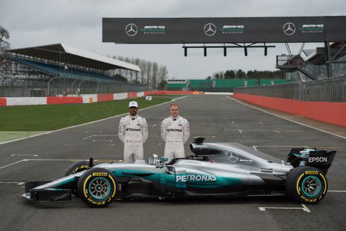 Lewis Hamilton y Valtteri Bottas junto al W08