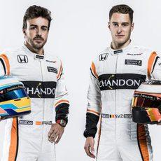 Fernando Alonso y Stoffel Vandoorne con sus monos de 2017