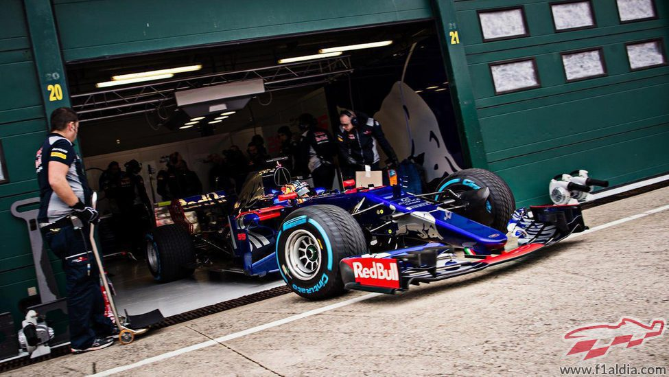 Carlos Sainz saliendo de boxes con el STR12 en Misano
