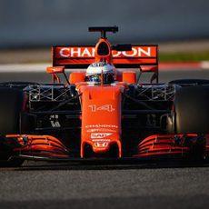 Alonso conduce el MCL32