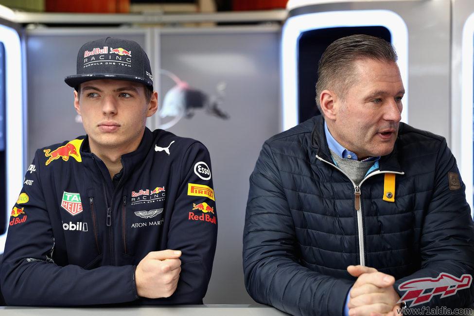 Max y Jos Verstappen observan los toros desde la barrera