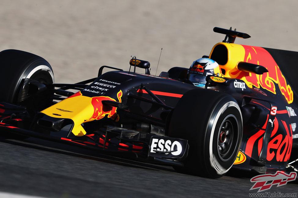 Daniel Ricciardo conduce el RB13 en la sesión vespertina