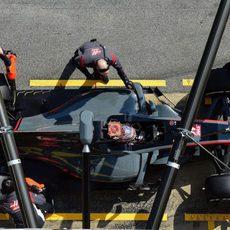 El Haas VF-17 parado en el pit-lane