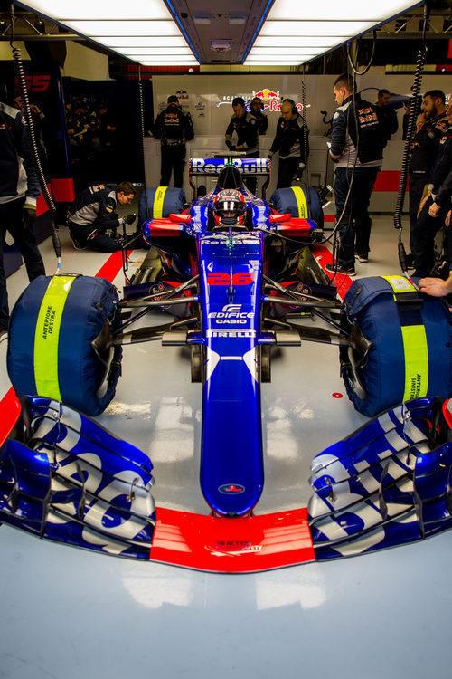 Daniil Kvyat en el STR12 en boxes