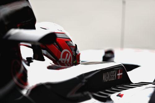 Magnussen en boxes por problemas en el Haas