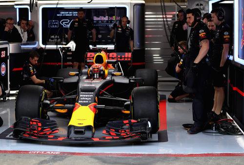 Max Verstappen esperando en el box