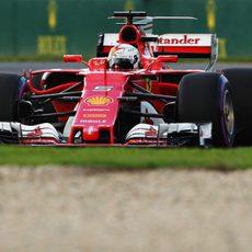 Sebastian Vettel busca mejorar su crono en los libres