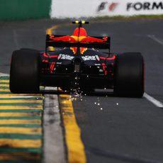 Chispas en la parte trasera del coche de Max Verstappen