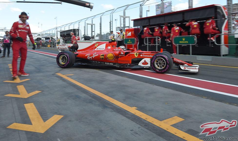 Kimi Räikkönen vuelve al box tras una tanda de vueltas
