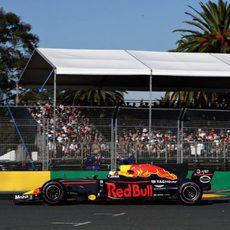 Daniel Ricciardo abandonó frente a su afición