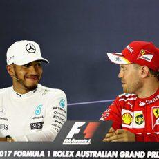 Hamilton y Vettel se ríen en rueda de prensa tras la carrera