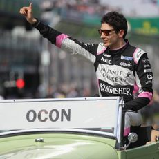 Esteban Ocon saluda a la grada en su debut con Force India